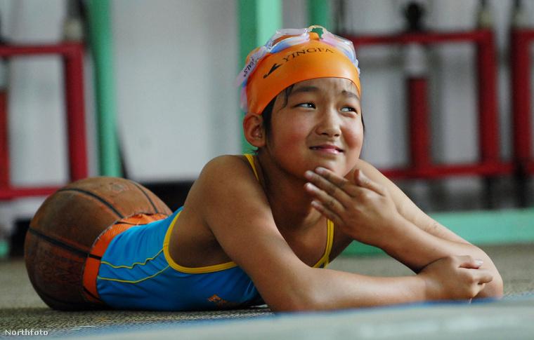 A kislány egy darabig egy félbevágott kosárlabda segítségével tudott közlekedni, ekkoriban ismerte meg a világ.