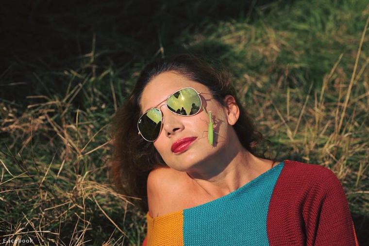 Horváth Éva arcán megpihent egy sáska