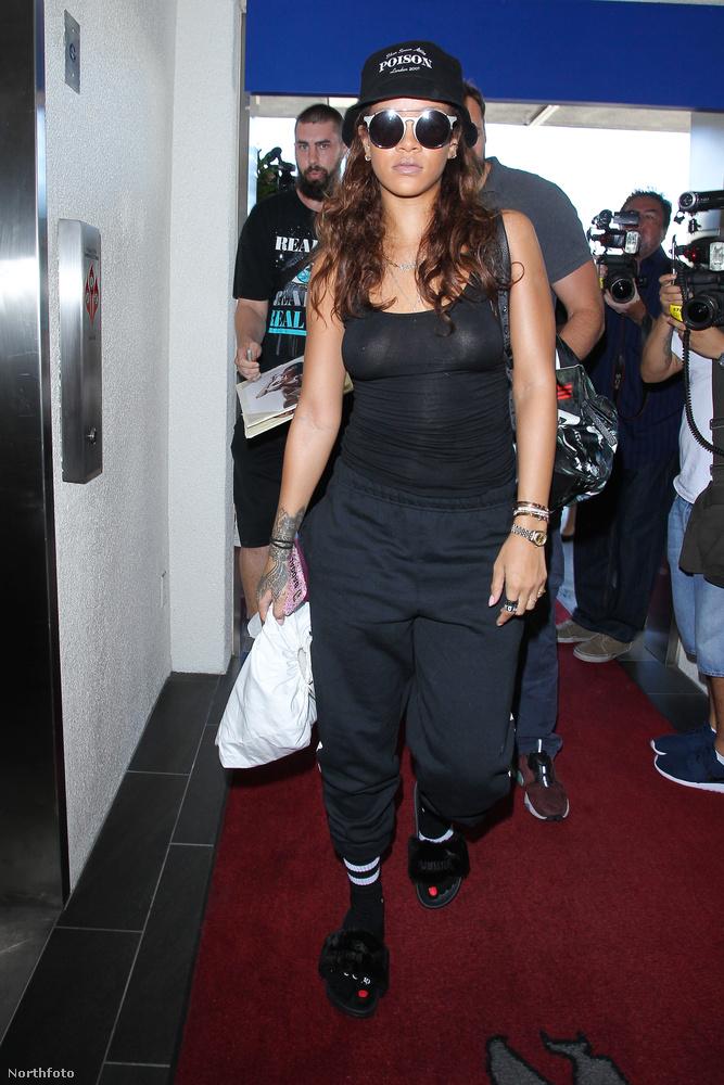 Rihanna melltartó nélkül flangált..
