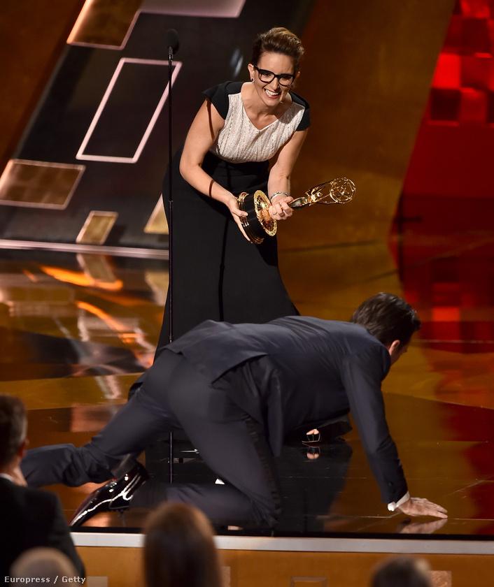 Jon Hamm pedig négykézláb, a földön kúszva vette át díját