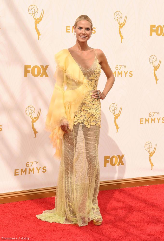 A hét az Emmy-díjátadó képeivel, azok közül is Heidi Klum lehetetlen ruhájával indult