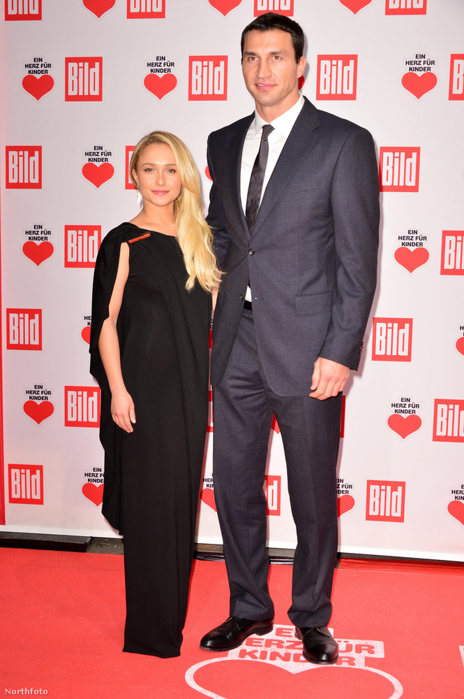 Hayden Panettiere itt valószínűleg magassarkút visel Wladimir Klitschko  mellett.