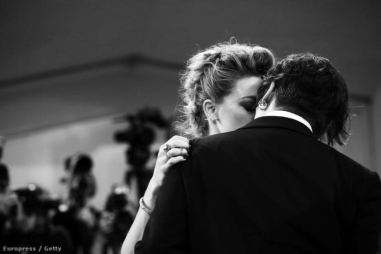 Sőt, létezik egy jó kép az Amber Hearddel smároló Johnny Deppről is