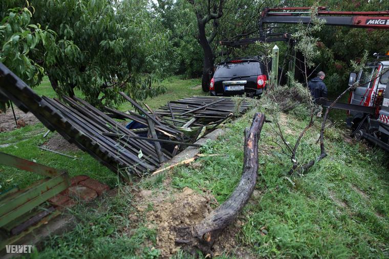 Megint berepült egy autó a kerjébe, de a rosszabb hír, hogy teljesen letarolta a kerítését.